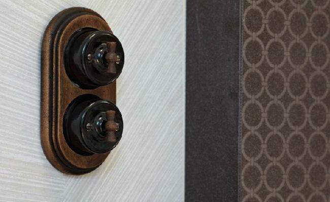 Interruptores rústicos Fontini Garby madera y porcelana